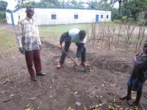 btiment de la maison de vie et labb clestin qui creuse