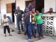 enfants devant la maison de vie