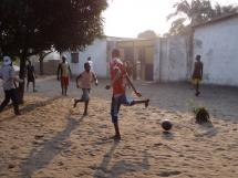 enfants qui jouent devant la maison de vie