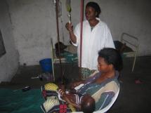 une maman et son enfant au centre