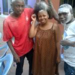 Figure 2 : La coordonnatrice Solange Bukumba pose entre deux Lauréats